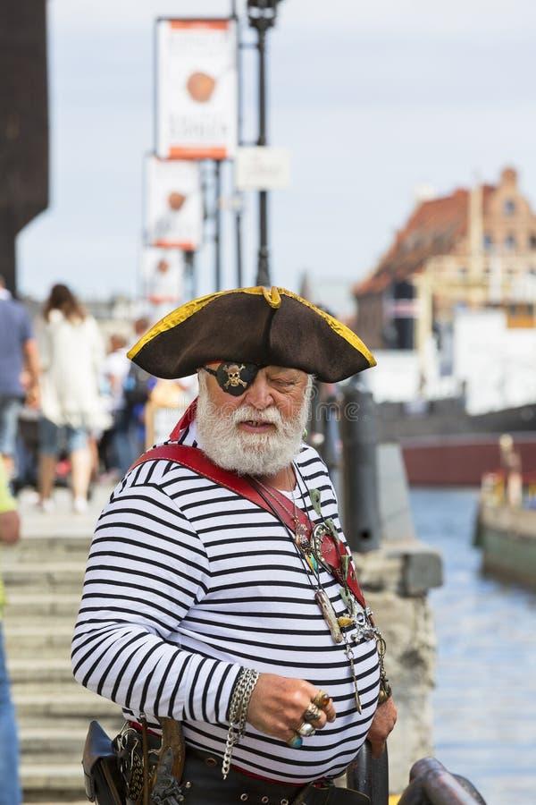 Человек одевал как пират на длинной улице обваловки, Гданьске, Польше стоковые фото