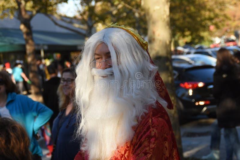 Человек одетый как старый волшебник стоковое фото rf