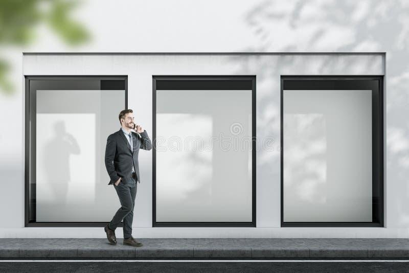 Человек около белого здания с насмешливыми поднимающими вверх плакатами стоковая фотография rf