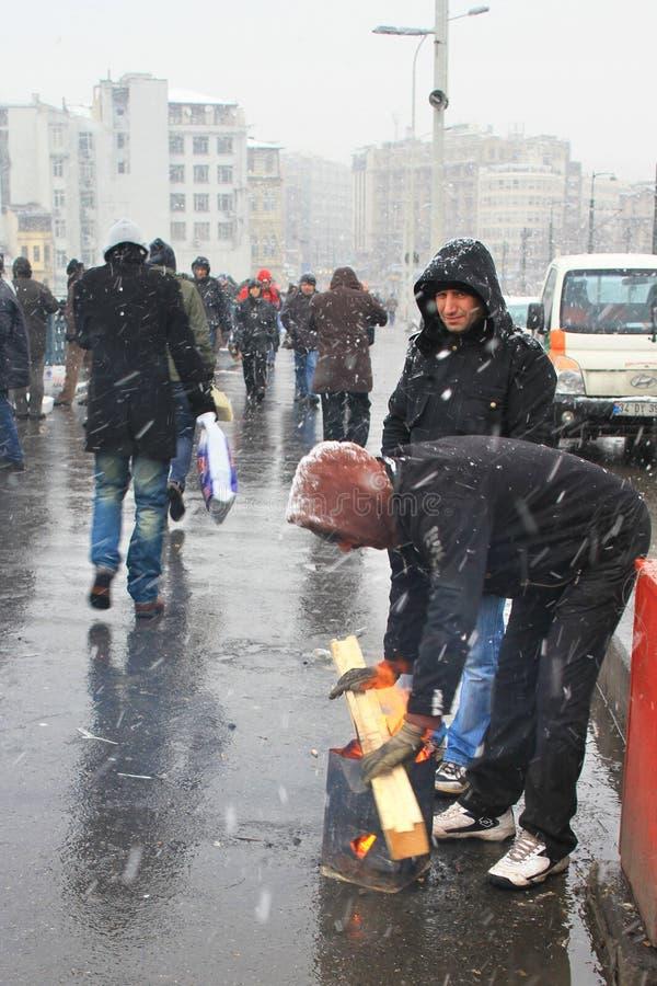 Человек освещает пожар в улице стоковая фотография