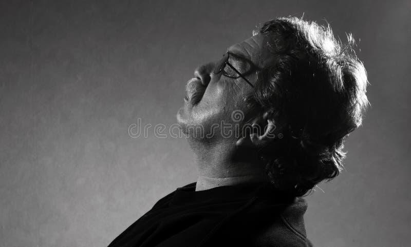 Человек отдыхая его eyes закрытое стоковое изображение rf