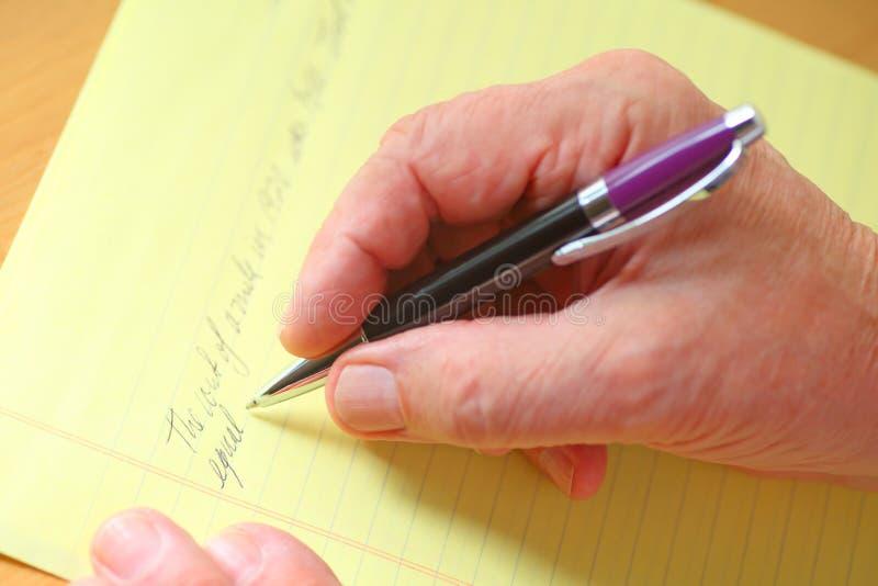 Человек пишет на желтой пусковой площадке стоковые изображения rf