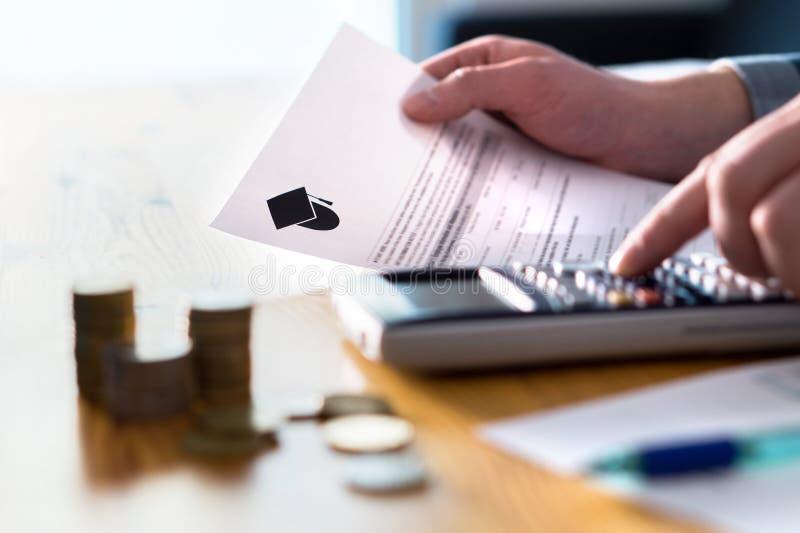 Человек подсчитывая фонд сбережений коллежа, плату за обучение или заем студента стоковое изображение