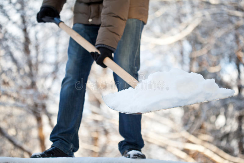 человек подъездной дороги извлекая снежок стоковое изображение rf