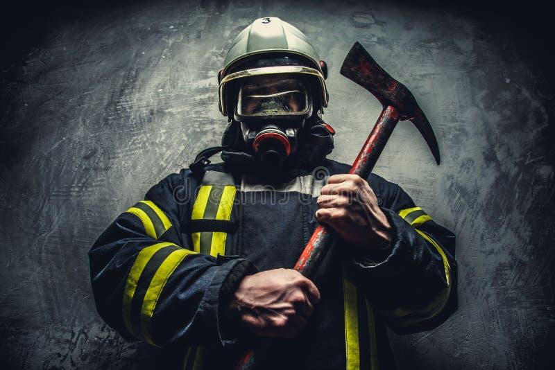 Человек пожарного спасения в кислородном изолирующем противогазе стоковые фотографии rf