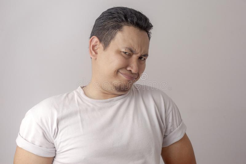 Человек показывает опостылетое или раздражанное выражение стоковая фотография rf