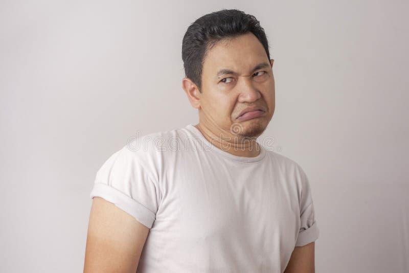 Человек показывает опостылетое или раздражанное выражение стоковые изображения rf