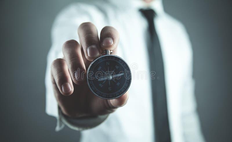 Человек показывая компас владение домашнего ключа принципиальной схемы дела золотистое достигая небо к стоковое изображение rf