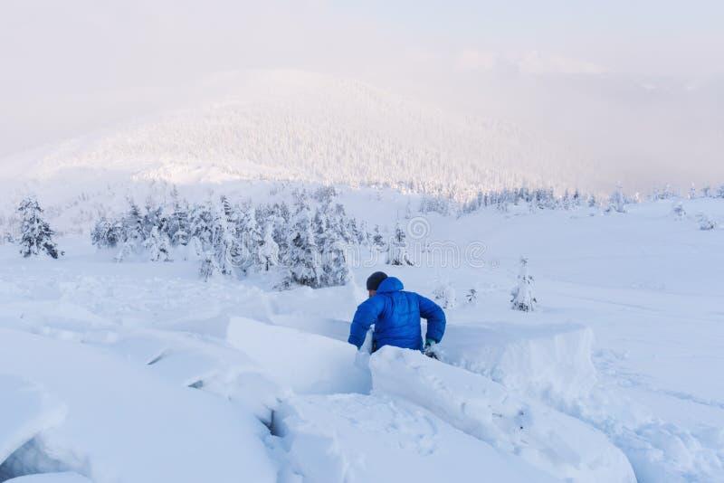 Человек, покрытый снежной лавиной стоковое изображение
