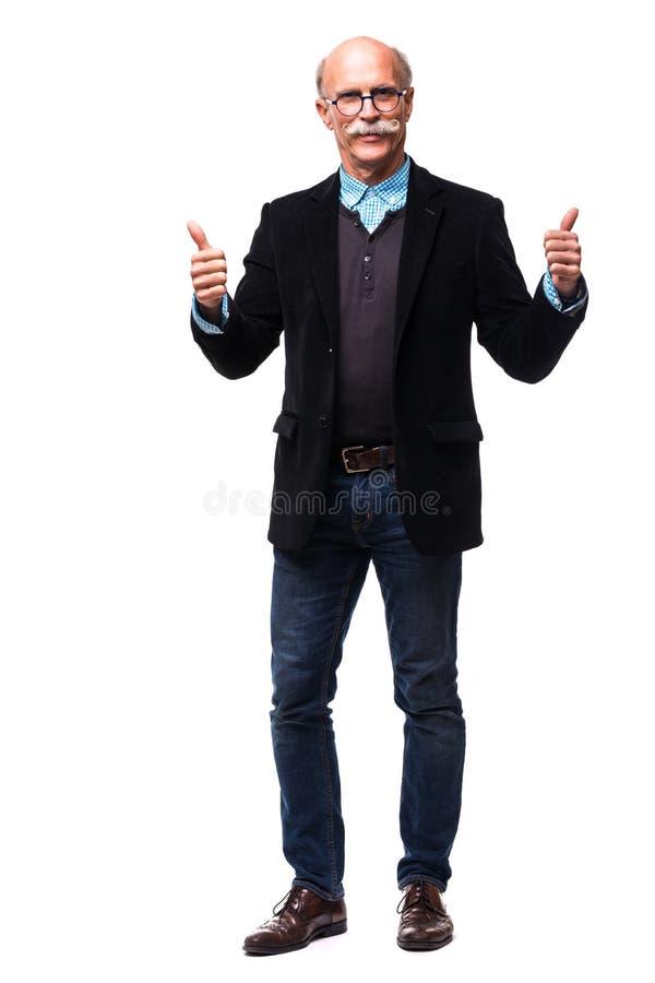 Человек полного тела зрелый делая одобренный жест на белизне стоковые изображения rf