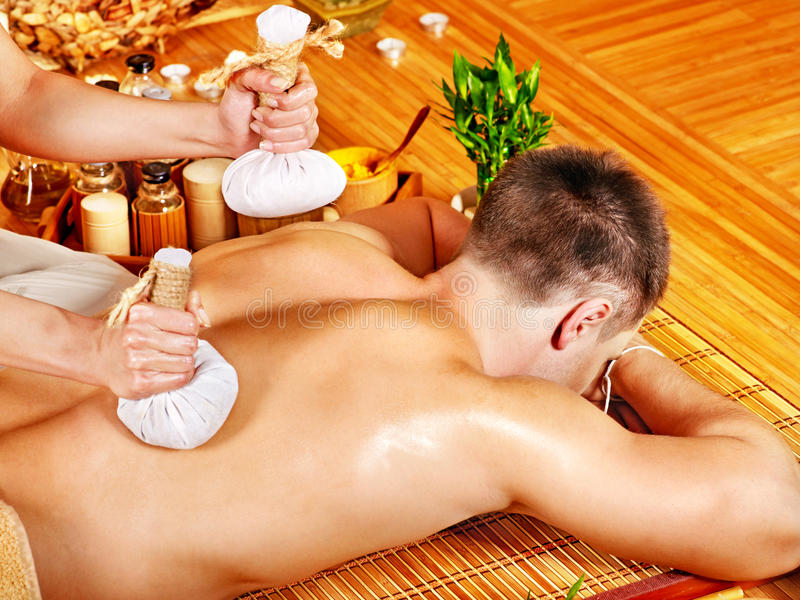 Человек получая травяные обработки массажа шарика. стоковое изображение rf