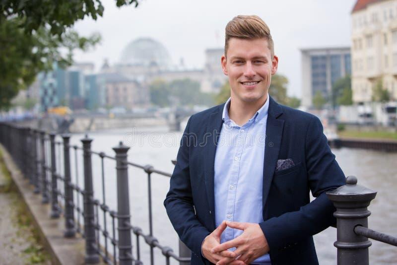 Человек портрета белокурый перед немецким парламентом стоковое фото