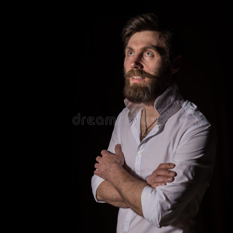 Человек портрета красивый бородатый, сексуальный парень на темной предпосылке стоковое изображение rf