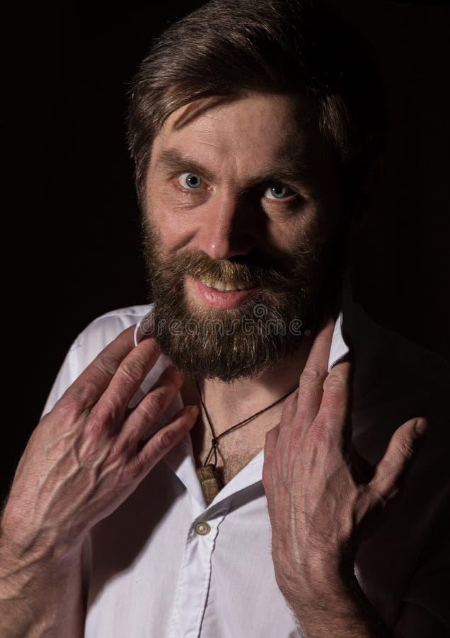 Человек портрета красивый бородатый, сексуальный парень на темной предпосылке стоковое изображение