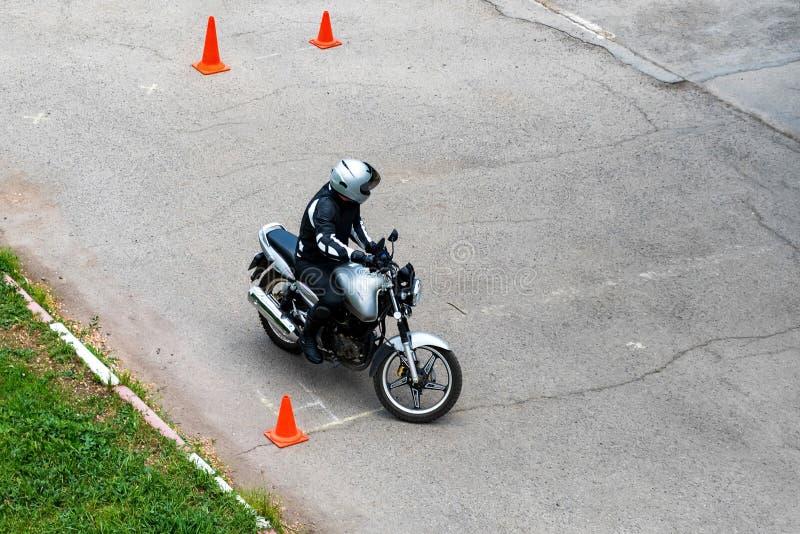 Человек практикует управляющ мотоциклом в управляя школе стоковая фотография rf