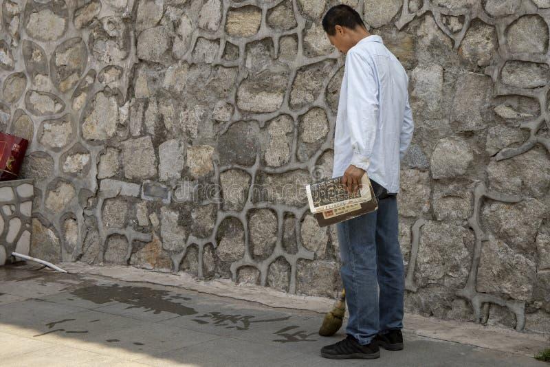 Человек практикуя китайскую каллиграфию стоковое изображение rf