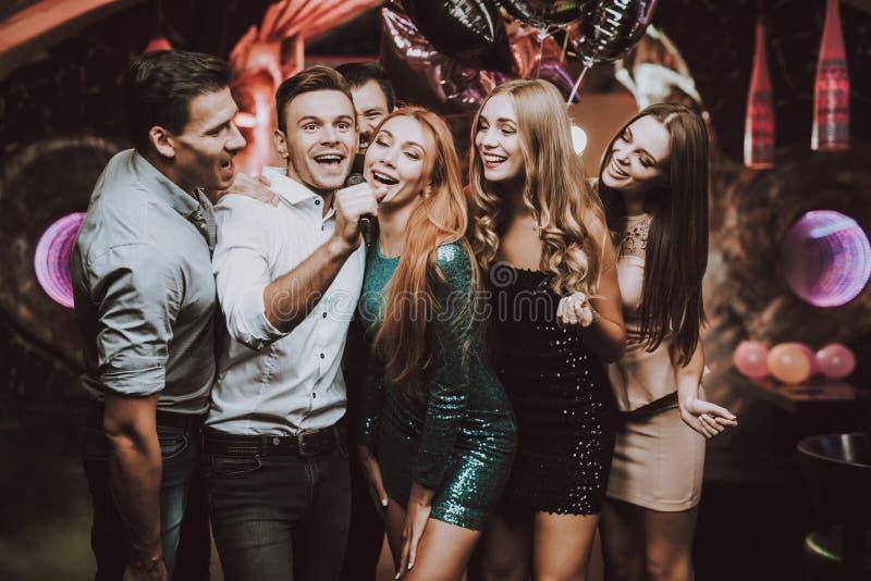 человек предпосылки счастливый изолированный над женщинами людей белыми молодыми Танцевальный клуб спейте Мужчины Белая рубашка стоковая фотография