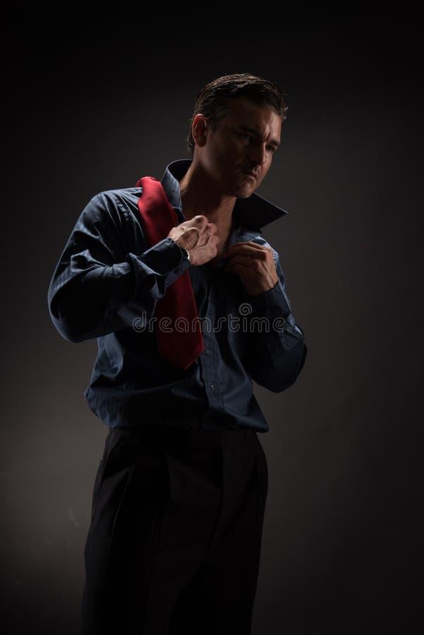 Человек представляет для камеры стоковая фотография rf