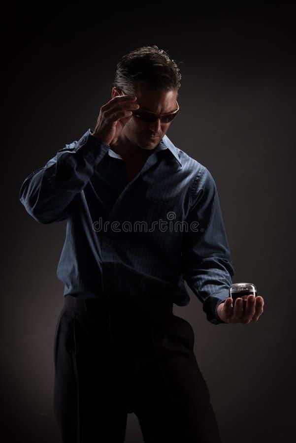 Человек представляет для камеры стоковое фото