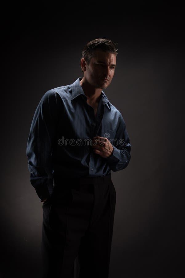 Человек представляет для камеры стоковые изображения rf