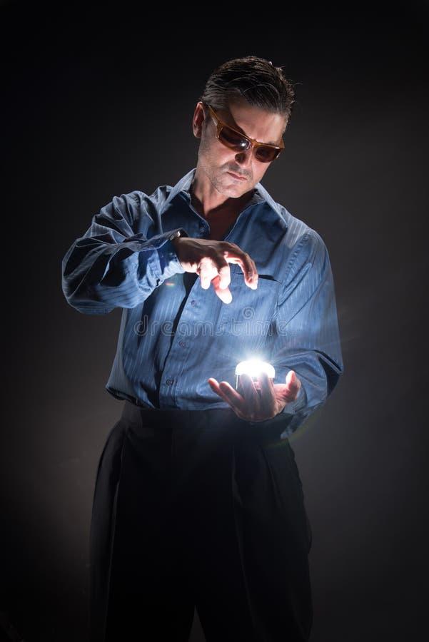 Человек представляет для камеры стоковое изображение