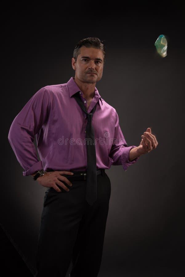 Человек представляет для камеры стоковые фото