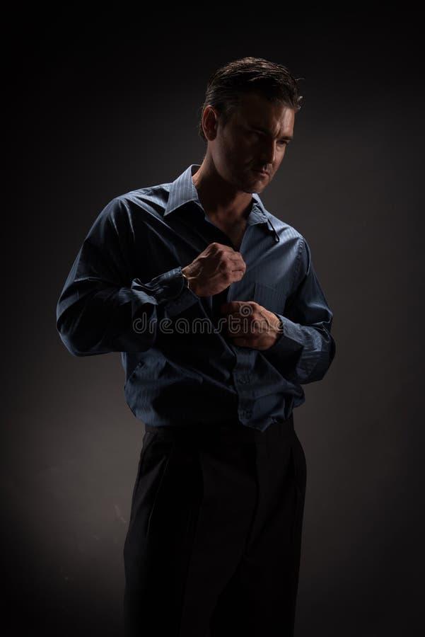 Человек представляет для камеры стоковое изображение rf