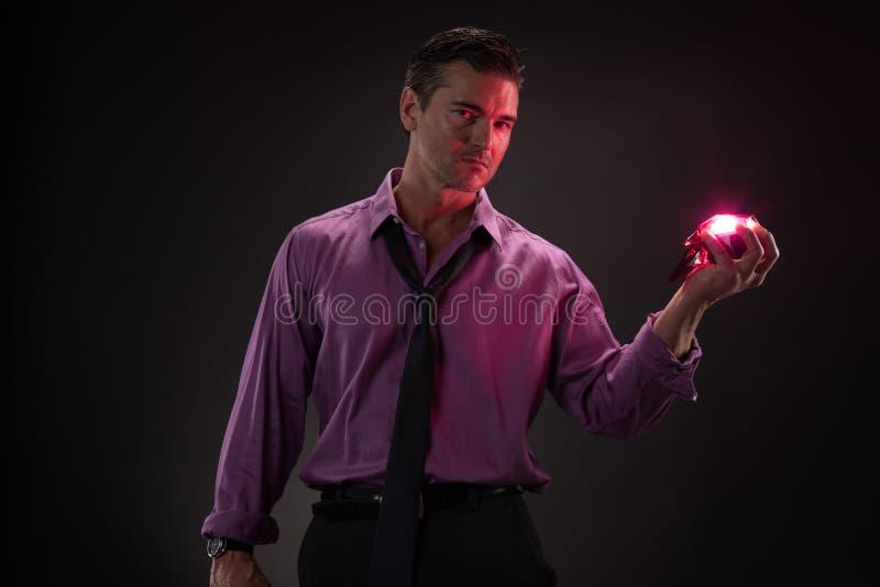 Человек представляет для камеры стоковая фотография