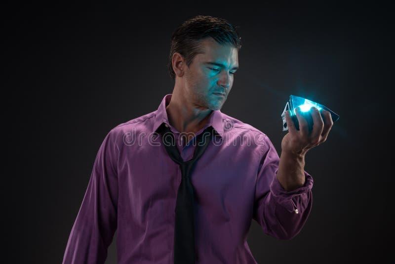 Человек представляет для камеры стоковые изображения