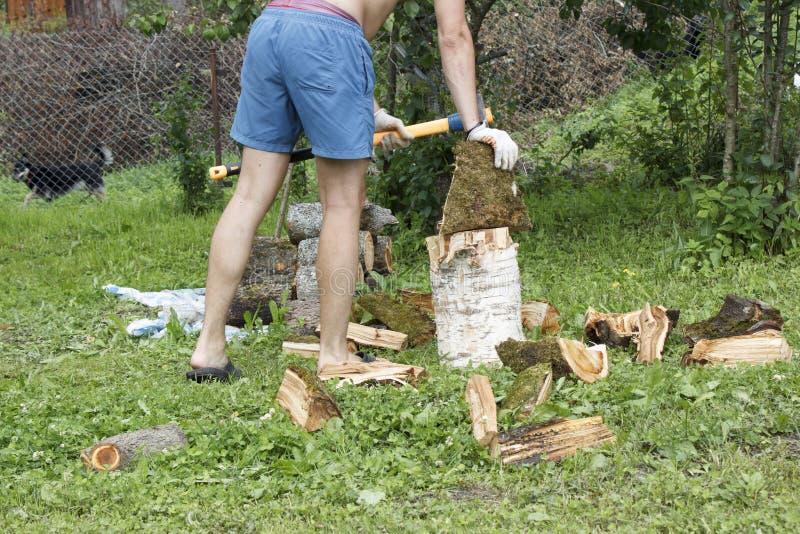 Человек прерывает швырок в стране летом стоковая фотография