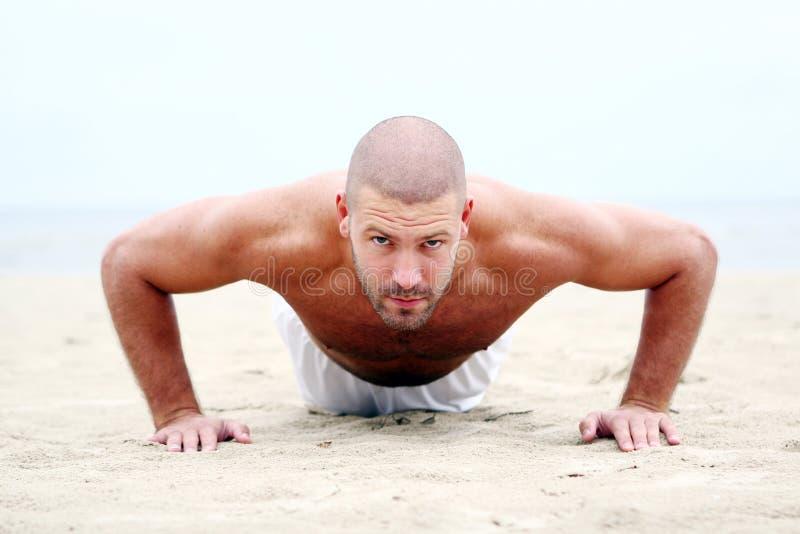 человек привлекательного пляжа счастливый стоковое изображение rf