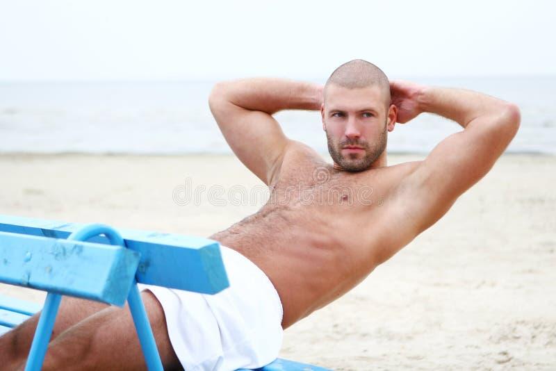 человек привлекательного пляжа счастливый стоковая фотография rf
