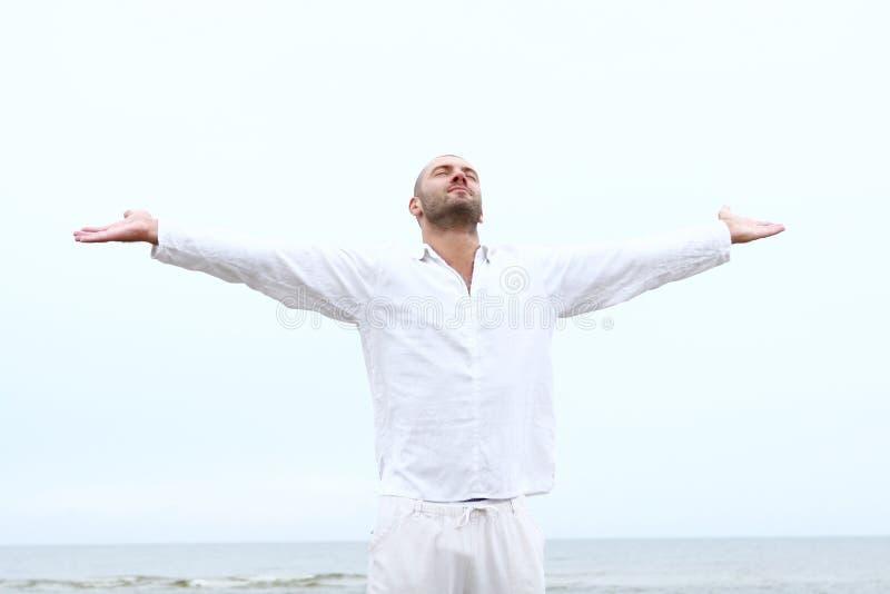 человек привлекательного пляжа счастливый стоковое изображение
