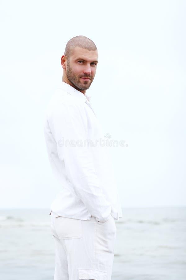 человек привлекательного пляжа счастливый стоковые фотографии rf