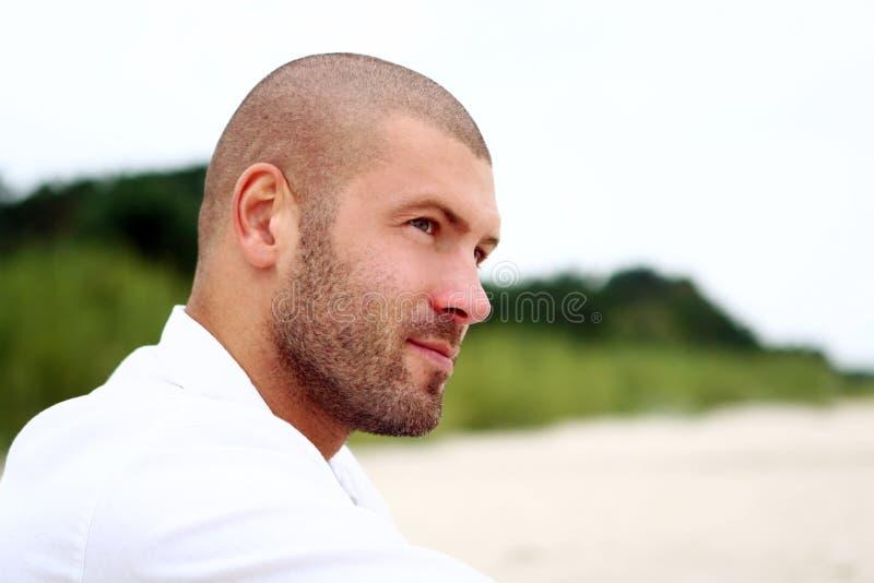человек привлекательного пляжа счастливый стоковое фото rf