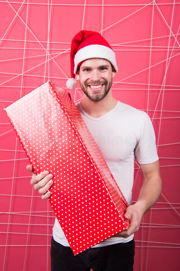 Человек привлекательный Санта Клаус носит большую коробку Вы заслуживаете хороший подарок Торжество праздника рождества Небритое  стоковые фотографии rf