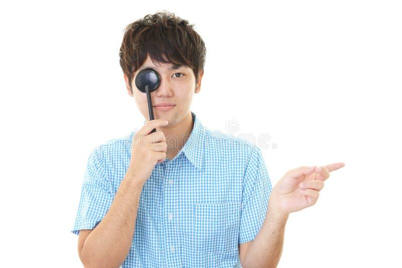 Человек принимая испытание глаза стоковые фото