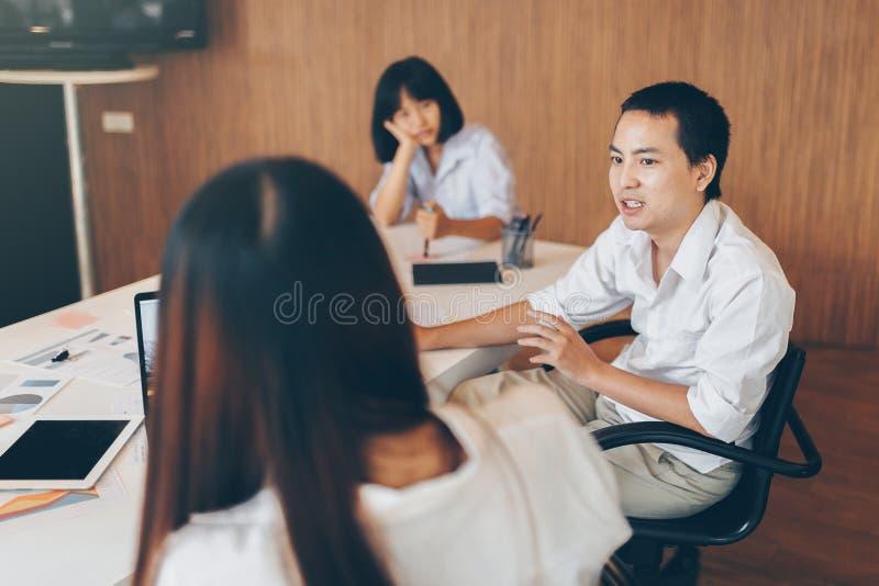 Человек принимая с женщинами в команде на офисе стоковое фото rf