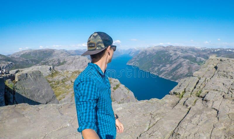 Человек принимая selfie и вдоль фьорда в Норвегии стоковая фотография rf