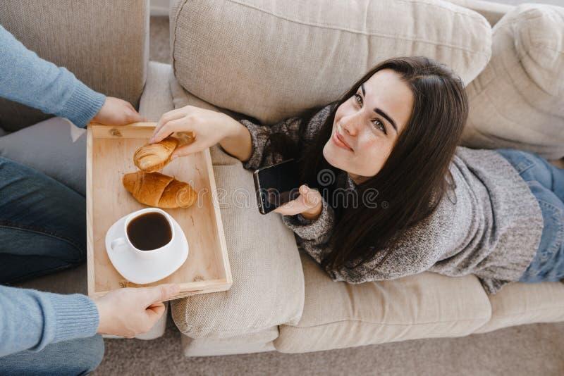 Человек принося завтрак к его подруге стоковая фотография rf