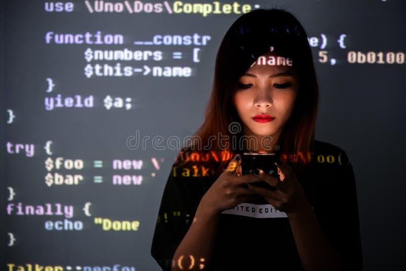 Человек пристрастившийся к технологии smartphone | Девушка средней школы погруженная к информационной технологии стоковое изображение