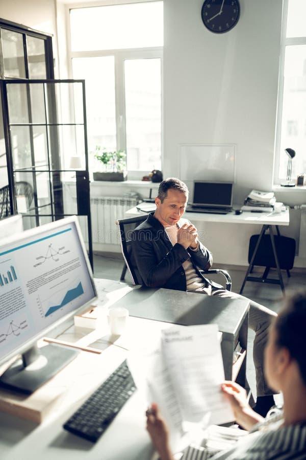 Человек приходя к собеседованию для приема на работу говоря об его трудовом стаже стоковое фото