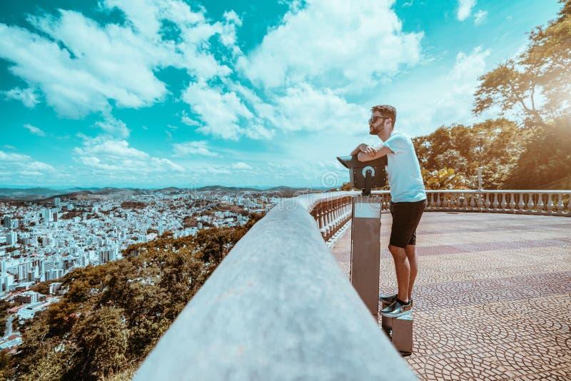 Человек при борода и солнечные очки стоя в зоне замечания стоковое изображение rf