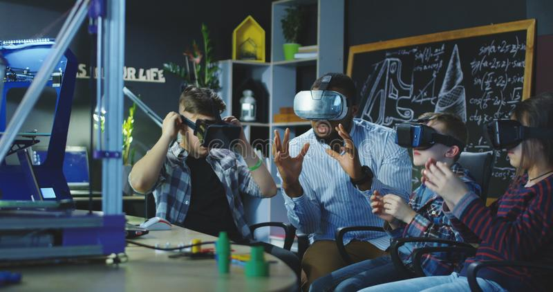 Человек при зрачки изучая технологии VR стоковое фото