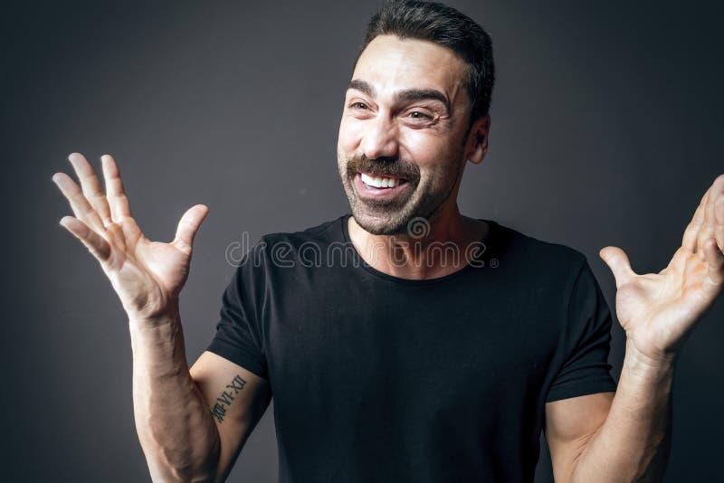 Человек при усик показывая удивленное выражение лица стоковое фото rf