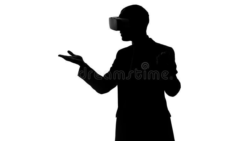 Человек пробует виртуальную реальность в первый раз, носящ шлемофон vr, схватывая движения бесплатная иллюстрация