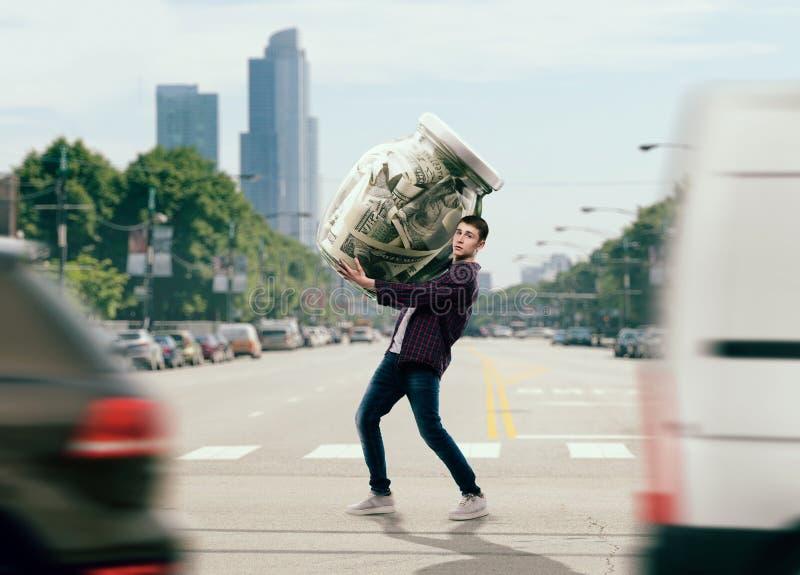 Человек пробуя снести стеклянный опарник вполне долларов стоковое фото