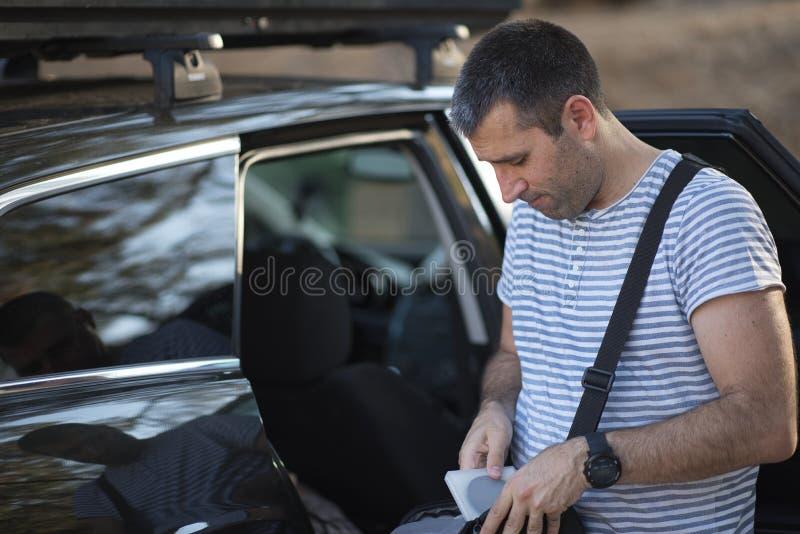 Человек проверяя сумку плеча стоковые фотографии rf