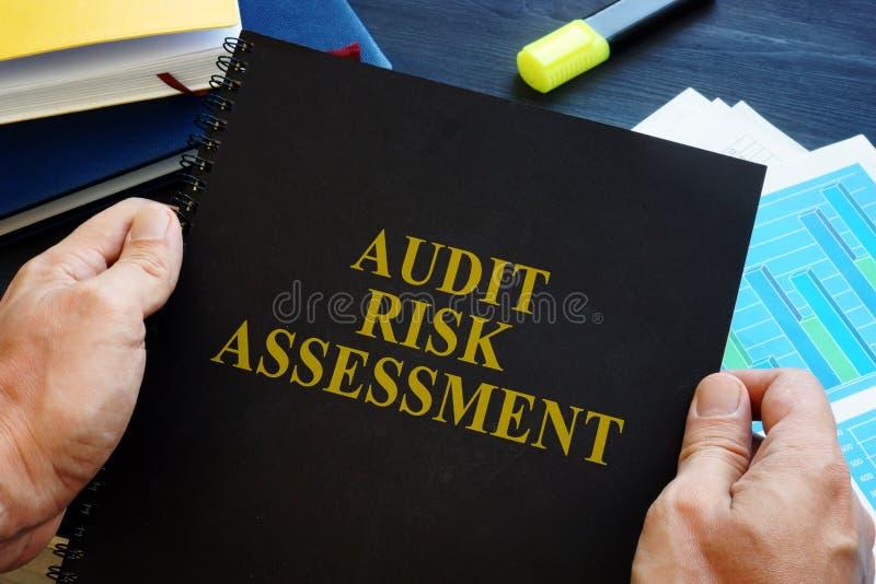 Человек проводит отчет о оценки степени риска проверки стоковые фотографии rf