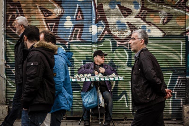 Человек продавая национальные билеты лотереи стоковое фото